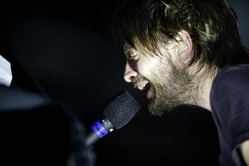 一张拍摄于2010年Atoms for Peace巡演中Thom使用PR35的照片,地点为加利福利州的奥克兰市。