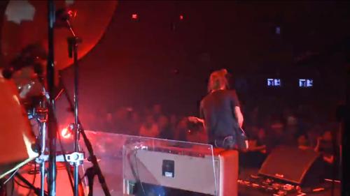 在Atoms for Peace 2013年巡演的一张照片。除了这台AC30的身影,我们还可以看到为了给鼓隔音的塑料板。