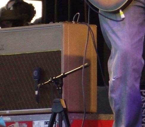2010年Glastonbury音乐节上这台AC30,拾音用的麦克风是Sennheiser e906。