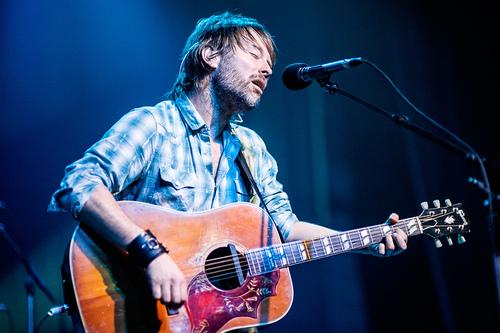 Thom在2010年Radiohead的Haiti Benefit Show上弹奏Gibson Hummingbird的照片。(来源)