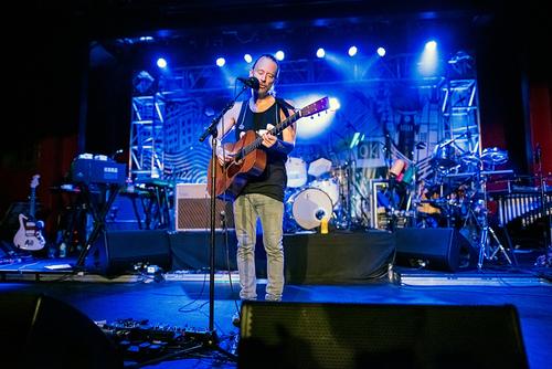Thom在2013年Club Amok系列演出中弹奏Martin 000-18的照片。(来源)