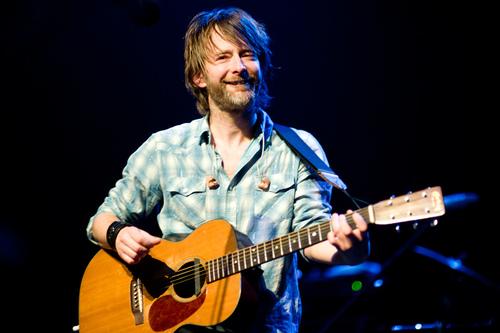 Thom在2010年的Radiohead's Haiti Benefit Show上演奏这把吉他的照片。(来源)