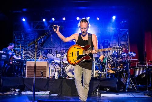 一张Thom在2013年Club AMOK系列演出中演奏Ed的ES330的照片。(来源)