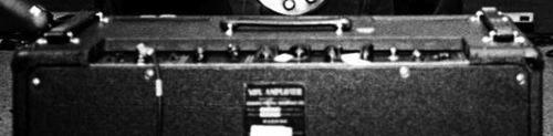 一张显示这台黄褐色AC30背部的照片。为有放大镜情节的人展示了Thom的设置。它看起来是全黑的只是因为这是张黑白照片。