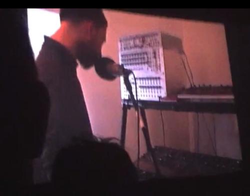 the Bug Radiohead show的视频截图。可以注意到这一次这台合成器还放在上图一样的合成器架上,位置上移到了中层。