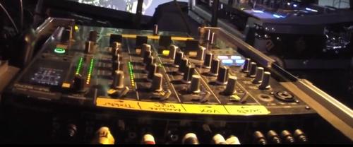 轨道上写的是:Serato, Vox(vocals), Machine Drum, 和Traktor.