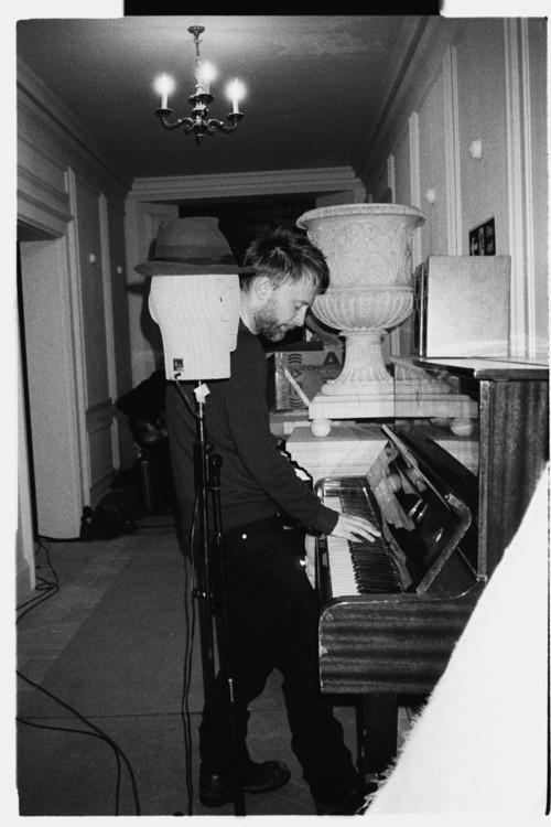 Thom在In Rainbows录制期间弹奏这台Young Chang钢琴。(原文你逗我你告诉我这是Jonny???)