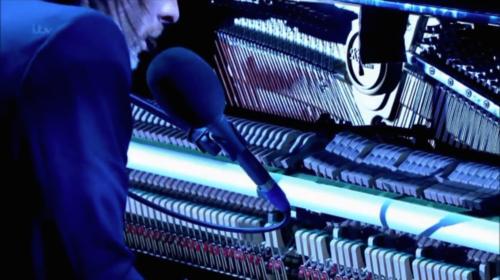 2013年5月,Thom在The Jonathan Ross现场表演Ingenue时演奏这台Kemble。(youtube)