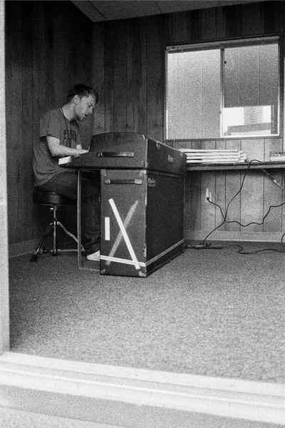 Thom演奏这台罗兹电钢。