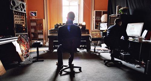 专辑In Rainbows录音/混音期间的照片,Machinedrum 出现在Thom左侧的凳子上。