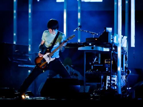 -在Radiohead一场演唱会上表演进行中的Jonny,很有可能他正在展示他的双踩技巧(一次踩两块效果器)-