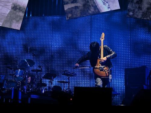 Jonny在现场表演Pyramid Song的时候用大提琴琴弓演奏这把Fender Starcaster(Flickr)