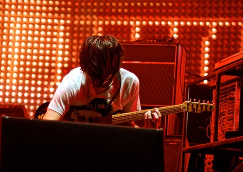jonny和这把琴,2012年。(flickr)