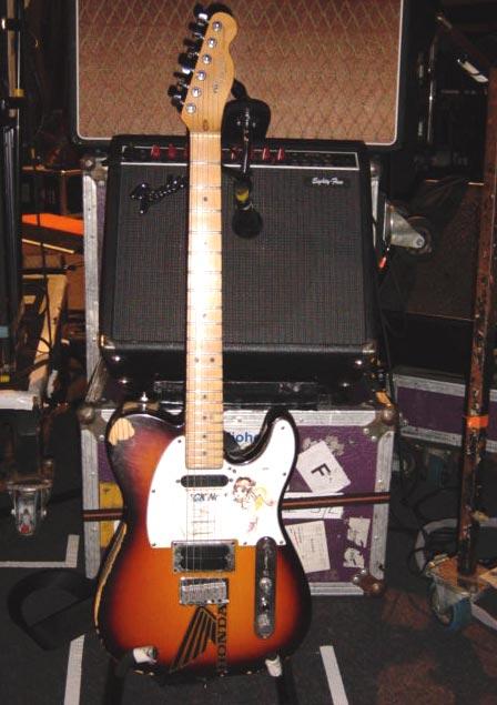Jonny标志性的Telecaster Plus,和琴后面Fender Eighty-Five音箱,底下是Vox AC30.