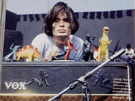 1995年,Jonny和Peter Buck的AC30,上头摆满了各种玩具。这大概也是Jonny开始使用AC30的灵感来源。
