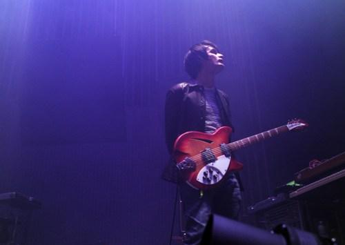 Jonny挂着这把Rickenbacker站在舞台上,摄于2012年。